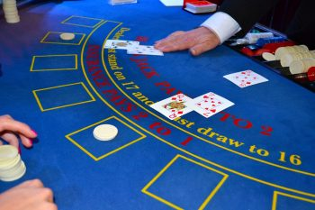 Blackjack casino avec croupier